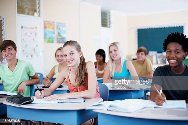 Souriant étudiants multi ethniques
