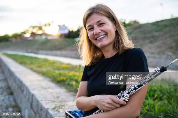 ein lächelnder oboenspieler - oboe stock-fotos und bilder