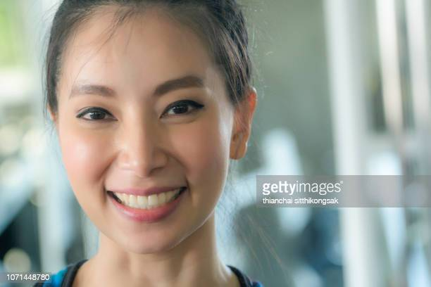 smiling of beautiful chinese woman - seulement des adultes photos et images de collection