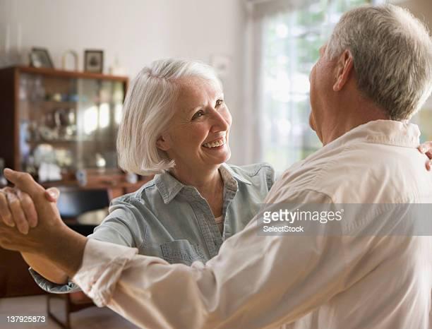 Pareja de ancianos sonriente bailando