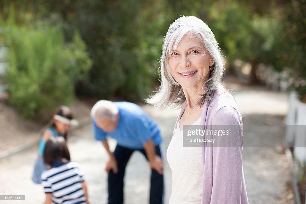 Lächelnd Ältere Frau im Freien : Stock-Foto