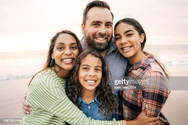 sonriendo a los padres con dos hijos - cuatro personas fotografías e imágenes de stock
