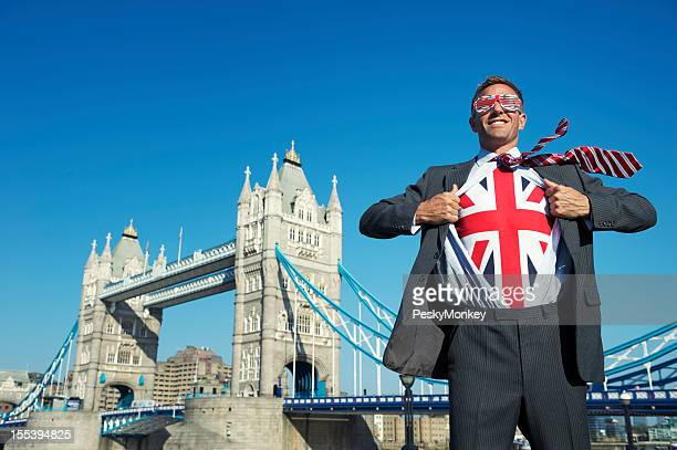 Souriant Homme d'affaires de super-héros patriotique Britannique Union Jack London Tower Bridge