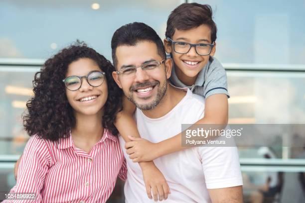 lächelnde menschen - zahnpflege stock-fotos und bilder