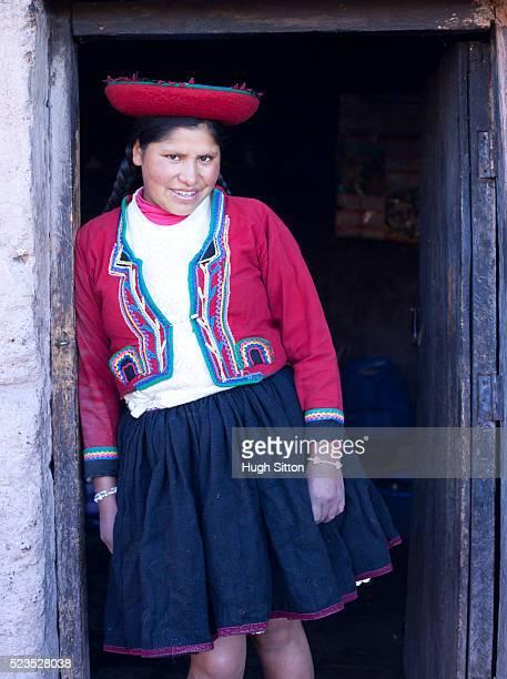smiling peruvian woman standing in door way of her home, wearing traditional costume. cusco. peru. - hugh sitton fotografías e imágenes de stock