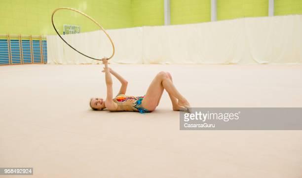 Athlète de la gymnastique rythmique souriant attraper le cerceau