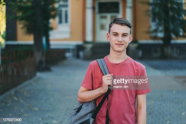 glimlachende schooljongen in het schoolplein - jongens stockfoto's en -beelden