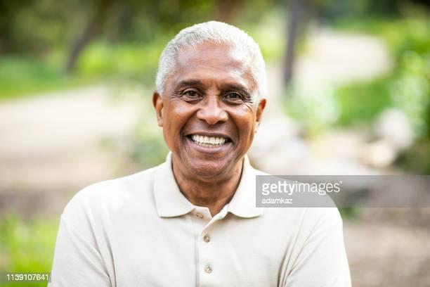 homem negro sênior de sorriso ao ar livre - homens idosos - fotografias e filmes do acervo