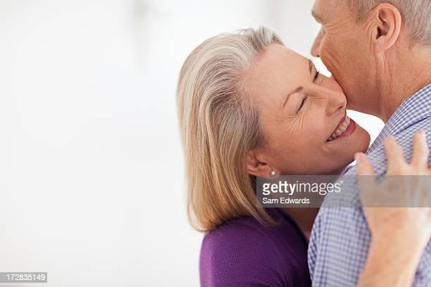 Lächelnd altes Paar umarmen