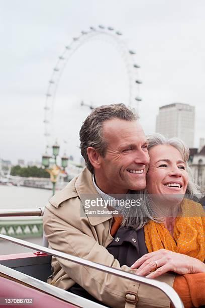 Lächelnd altes Paar auf dem Doppeldeckerbus in London