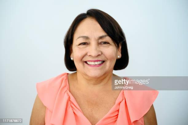 mulher latino-americano sênior de sorriso - 65 69 anos - fotografias e filmes do acervo