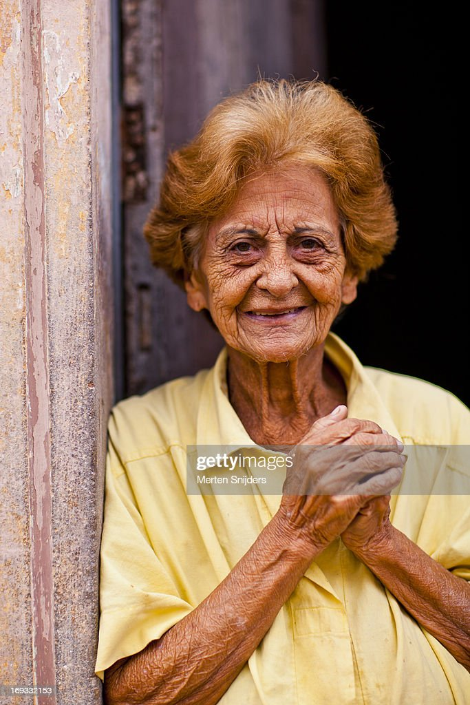 Smiling senior lady in doorway : Stockfoto