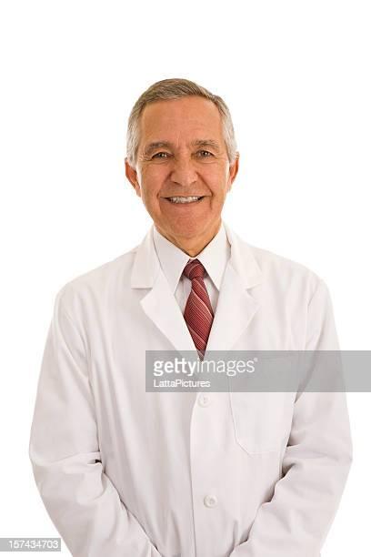 Souriant senior homme portant Blouse de laborantin les mains dans les poches