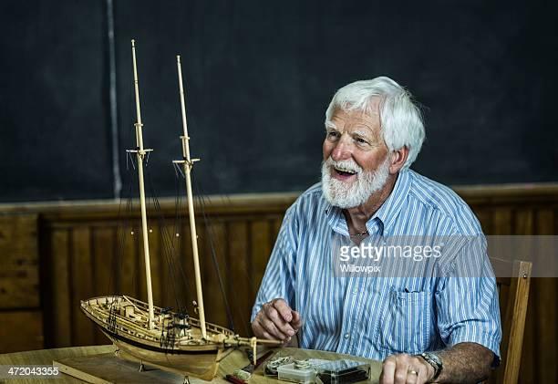 Lächelnder Alter Mann Model Schiff Builder