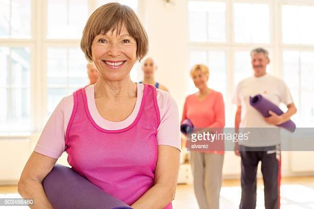 Sonriente mujer senior en gimnasio