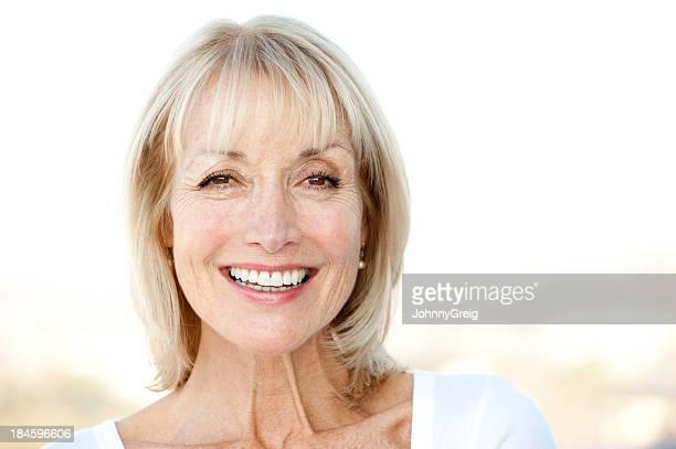 笑顔の老人女性