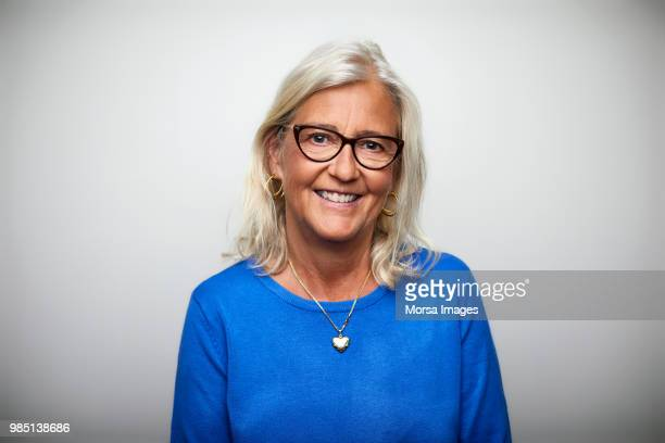 smiling senior woman wearing eyeglasses - kopfbild stock-fotos und bilder