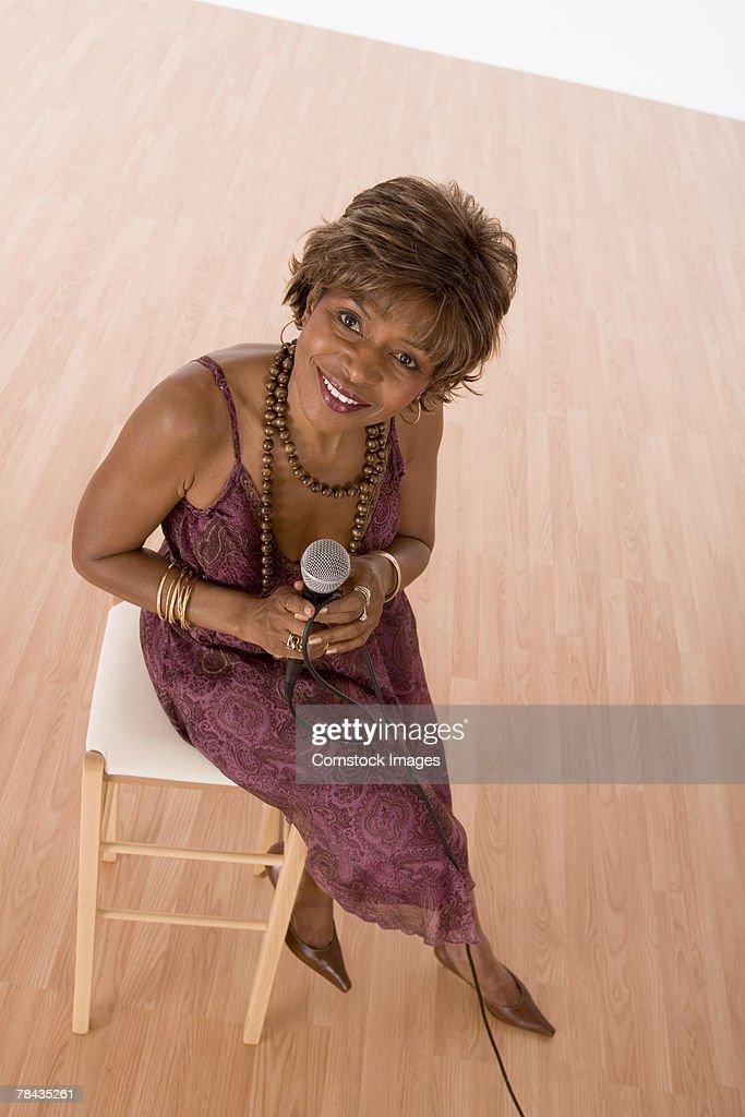 Smiling singer looking up : Stockfoto