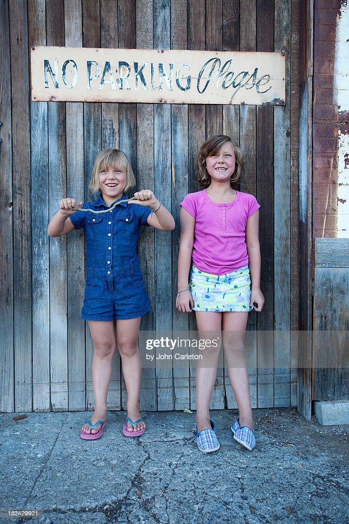 Smiling sisters : Foto de stock