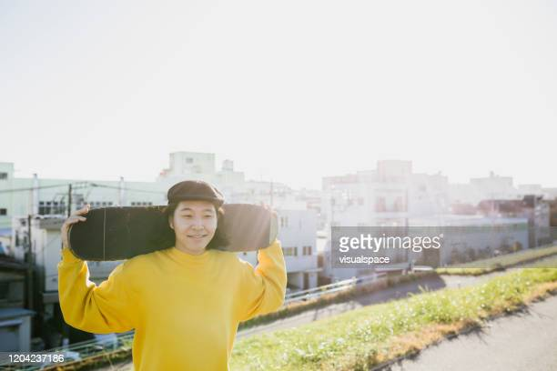 smiling skateboarder - alternative lifestyle stock pictures, royalty-free photos & images
