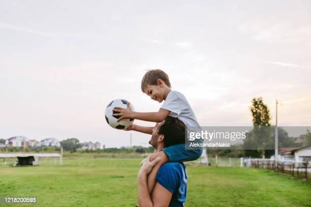 joueurs de football de sourire - terme sportif photos et images de collection