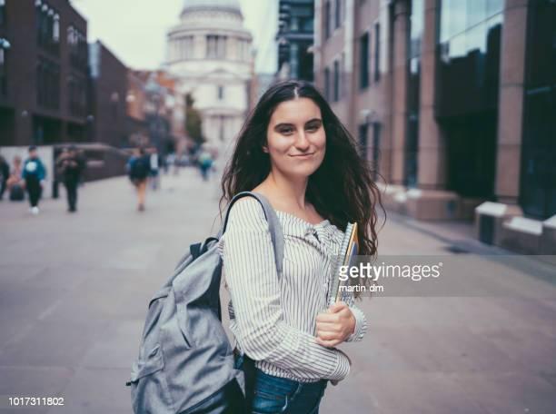 étudiant souriant au royaume-uni - écolière photos et images de collection