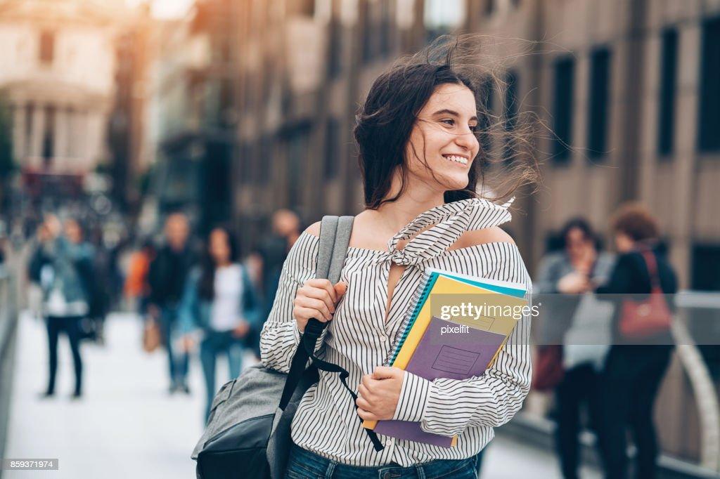 Lächelnd Schüler zu Fuß in den wind : Stock-Foto
