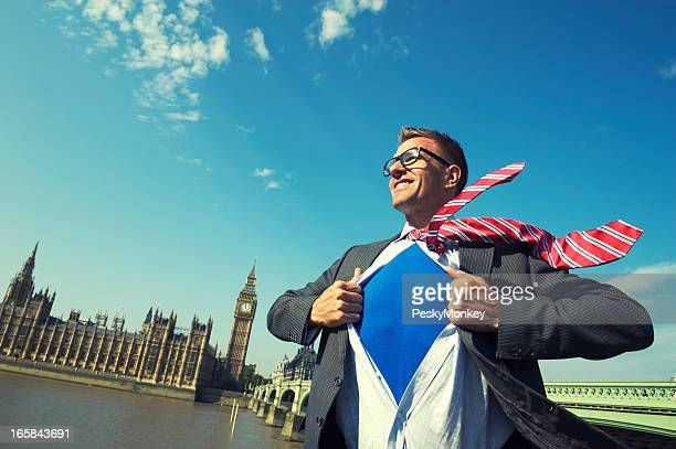 Sorridente Uomo d'affari supereroe membro del Parlamento è a London Skyline