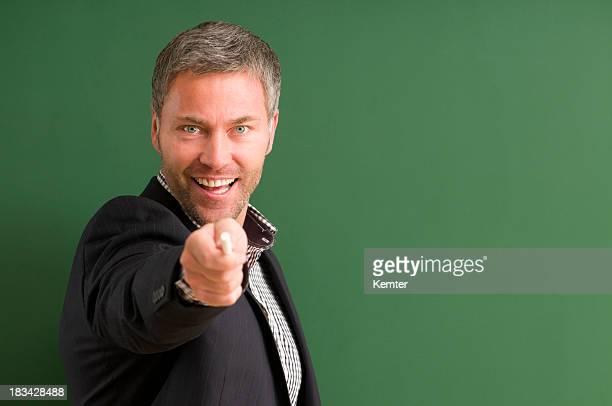 Professor orientando a sorrir para a câmara
