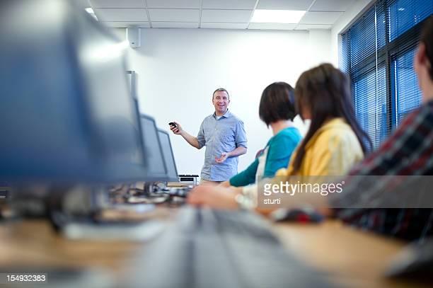 Lächelnd Lehrer im computer-Klasse