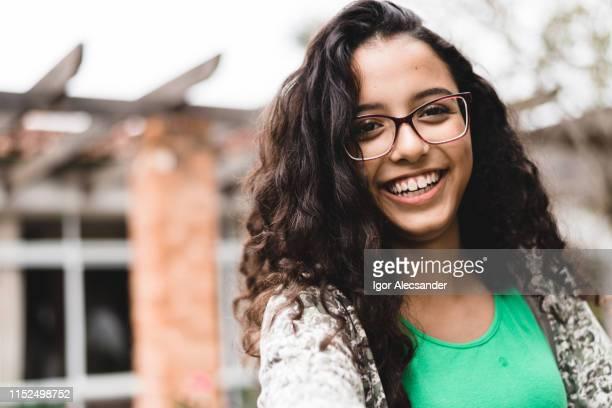 menina adolescente de sorriso que olha a câmera - menina - fotografias e filmes do acervo