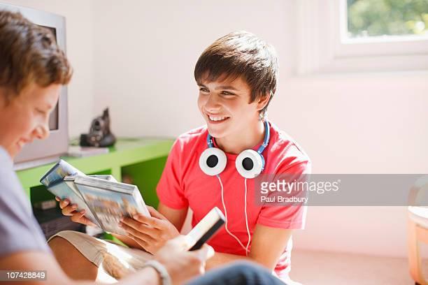 Chicos adolescentes sonriente mirando a videojuegos