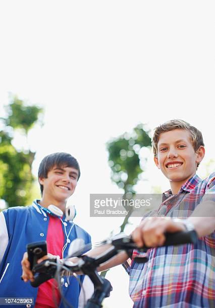 sorrir meninos adolescentes com bicicleta - só meninos adolescentes imagens e fotografias de stock