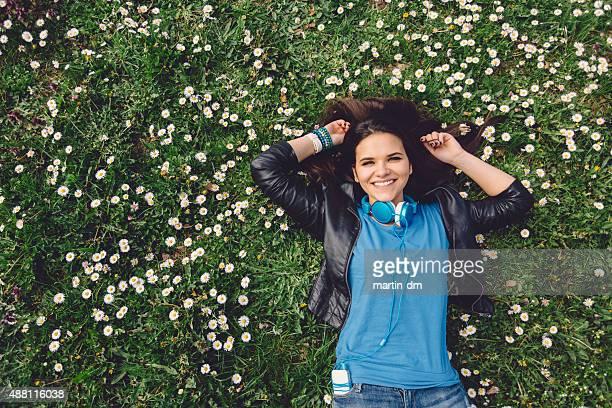 Lächelnd Teenager-Mädchen liegen auf dem Rasen