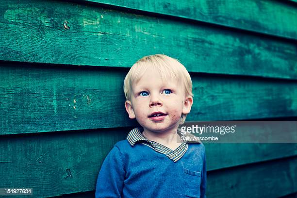 smiling toddler boy - alleen jongens stockfoto's en -beelden