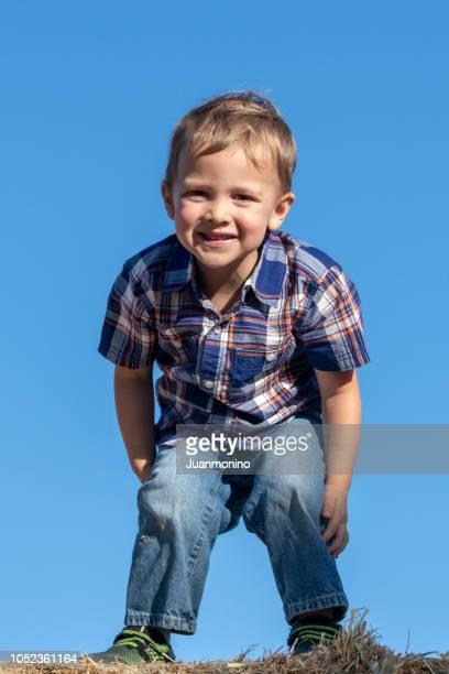 bambin souriant, posant souriante - un seul petit garçon photos et images de collection