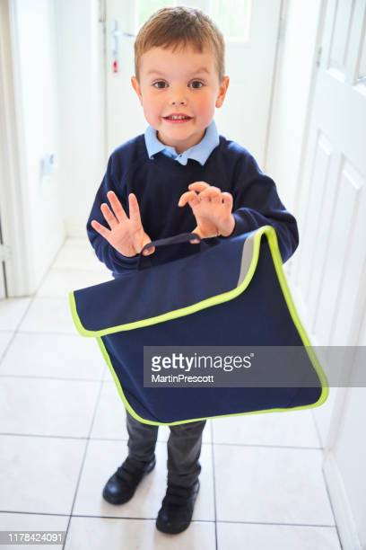 lächelndes kleinkind bereit für seinen ersten tag in der schule - schulkind nur jungen stock-fotos und bilder