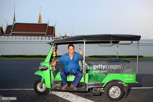 smiling tok tok (taxi) driver outside the grand palace, bangkok, thailand - hugh sitton fotografías e imágenes de stock