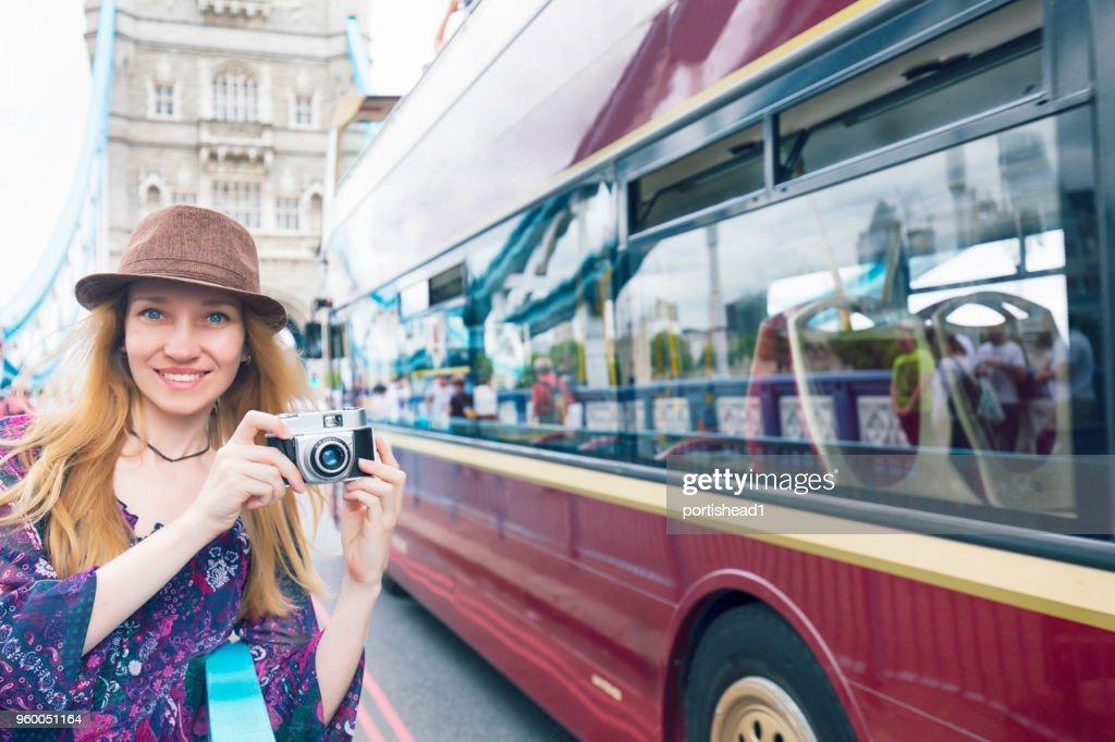 Lächelnde Touristen fotografieren : Stock-Foto