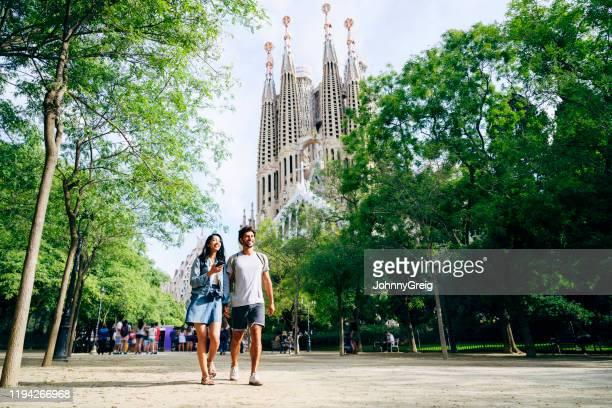veranistas de sorriso que prendem as mãos e que andam em barcelona - barcelona espanha - fotografias e filmes do acervo