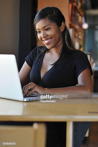 Femme souriante dans un café