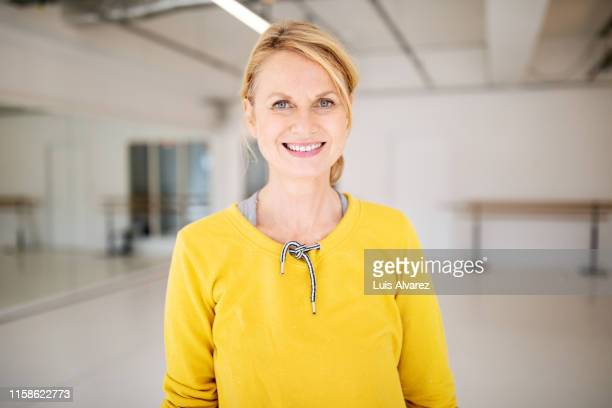 smiling woman at dance class - frau stock-fotos und bilder