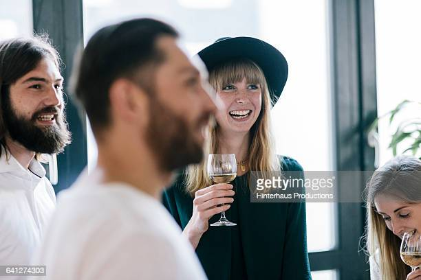 smiling woman at dinner party - parti politique photos et images de collection