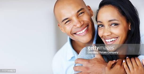 て笑顔の女性が彼女のボーイフレンドに囲まれた