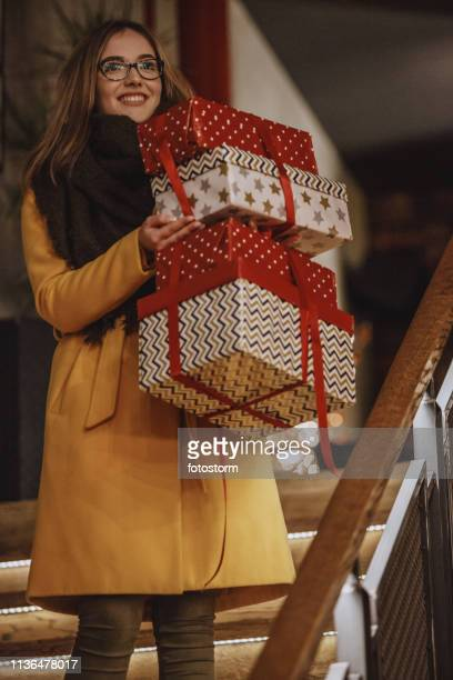 クリスマスプレゼントを運んでいる笑顔の女性