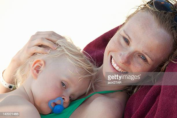 Bébé souriant femme câlins sur la plage