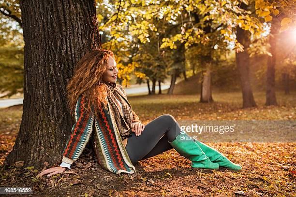 Lächelnde Frau Genießen Sie im Herbst Tag im park.