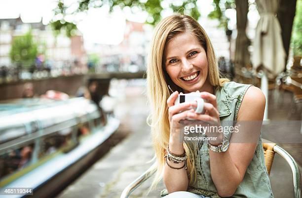 笑顔のコーヒーカップを持つ女性
