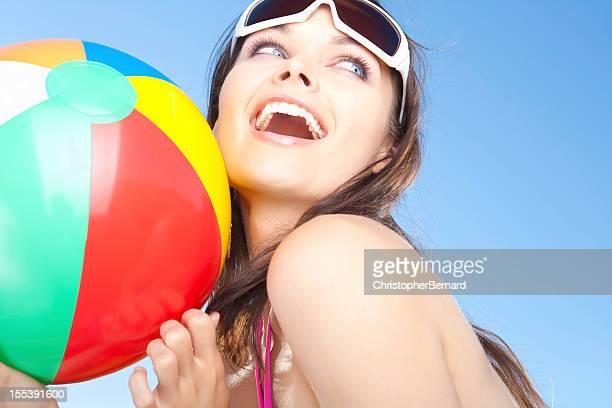 Lächelnde Frau hält beach ball