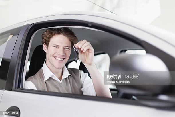 Mulher sorridente segurando as chaves do carro novo